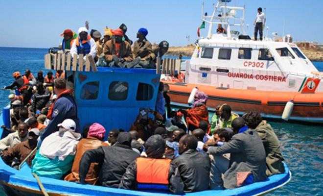 Réfugiés africains sur un radeau de fortune en mer Méditerranée.