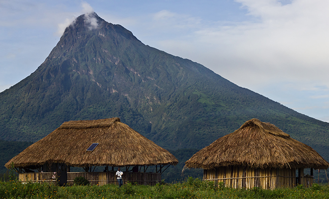 Un poste d'observation au pied du mont Mikeno dans le parc des Virunga, convoité pour son potentiel pétrolier et minier.