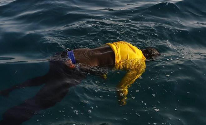 Un corps sans vie d'un migrant sur la Méditerranée.