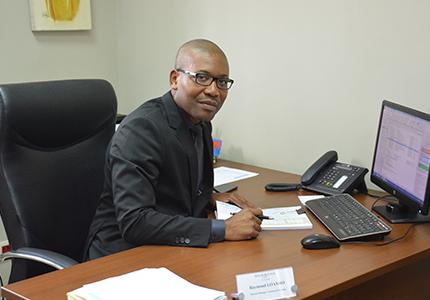 feature__0007_4_1. actualité rdc, Raymond Loambo, responsable PME à la Rawbank.