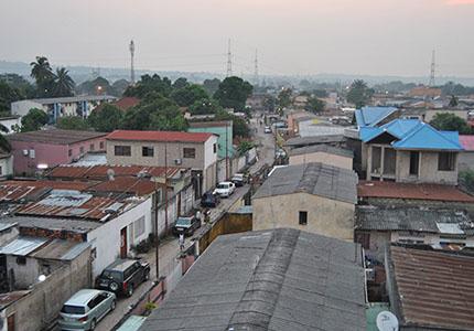 feature__0025_Vue d'un habitat dans la commune de Bandalungwa, à Kinshasa.